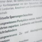 Das Bild zeigt eine Tafel welche über Vogelschutzsperrungen informiert