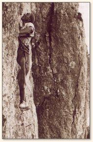 Das Bild zeight Oskar Bühler beim Klettern an einer Felswand