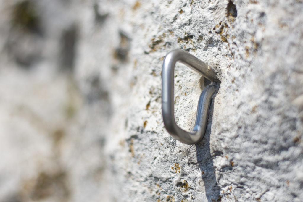 Das Bild zeigt einen zementierten Bühlerhaken an einem Kletterfelsen.