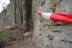 Das Bild zeigt einen Felsen der mit Absperrband gesperrt wurde