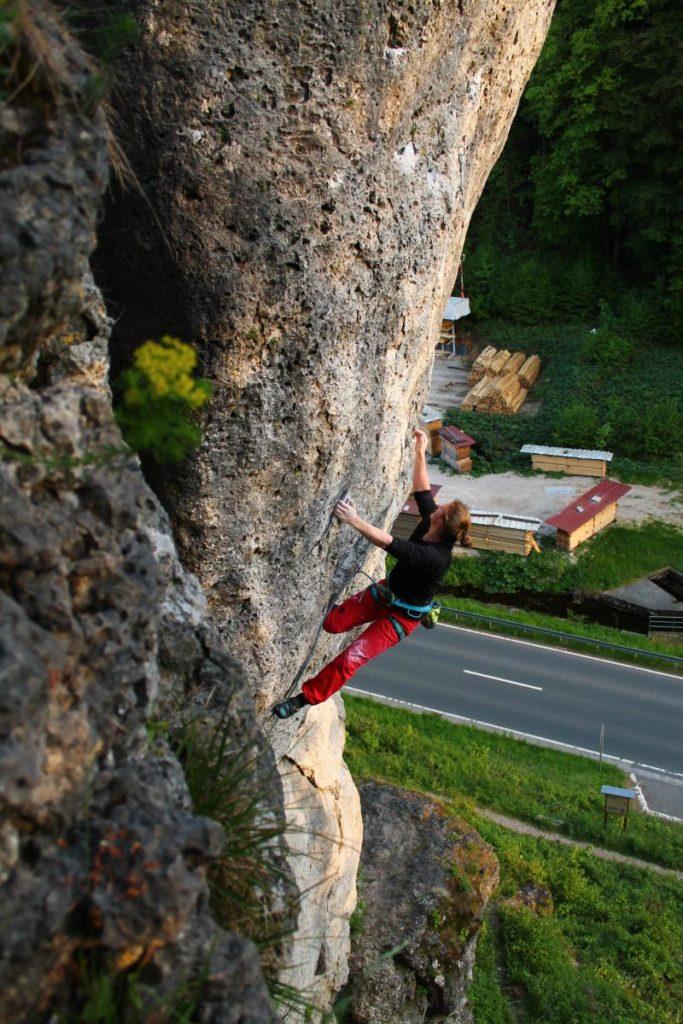 Das Foto zeigt einen Kletterer in der Route Fight Gravity am Richard Wagner Fels