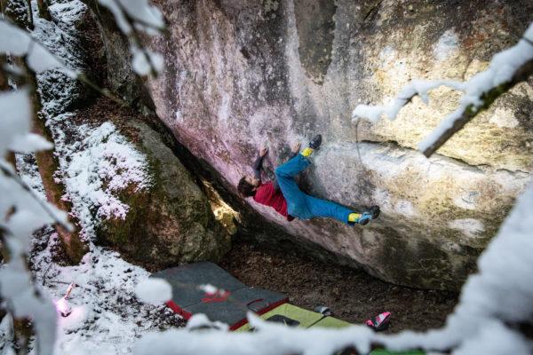 Das Bilder zeigt einen Boulderer an einem Felsblock
