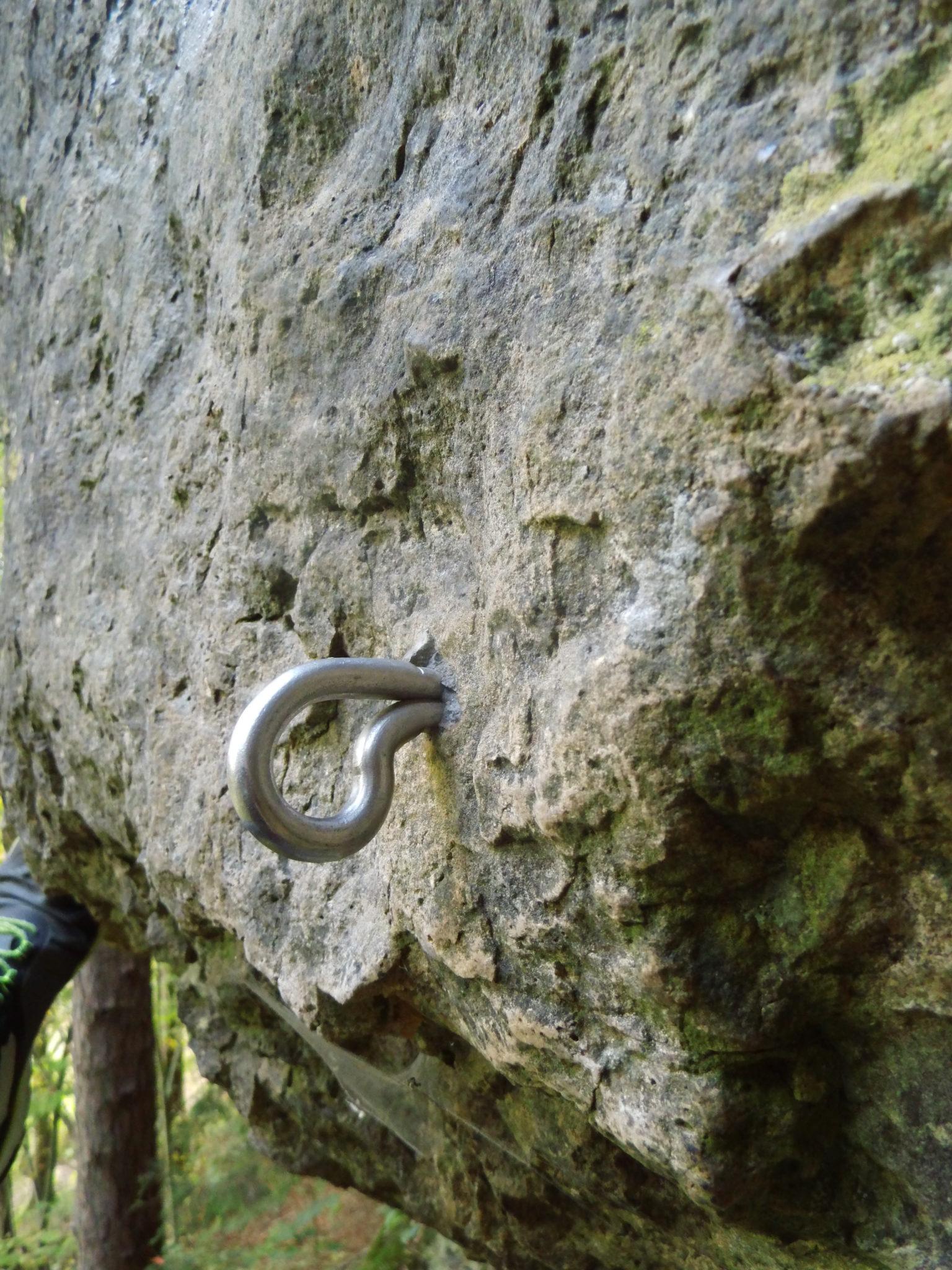 Das Bild zeigt einen abstehenden Zwischenhaken in der Route Fresh & Funy an der Ammerthaler Wand