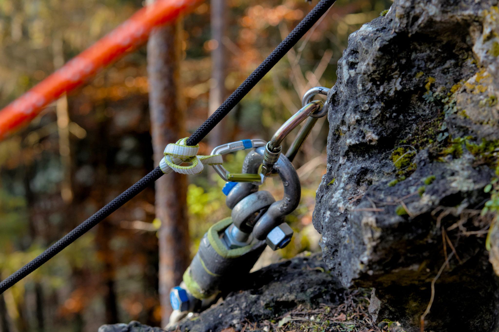 Das Bild zeigt den Versuchsaufbau zum Auszugstest eines Umlenkhakens