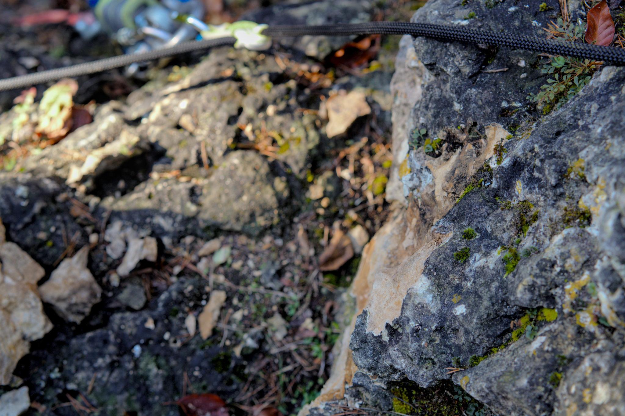 Das Bild zeigt den abgebrochenen Fels nach Auszugsversuch des Hakens