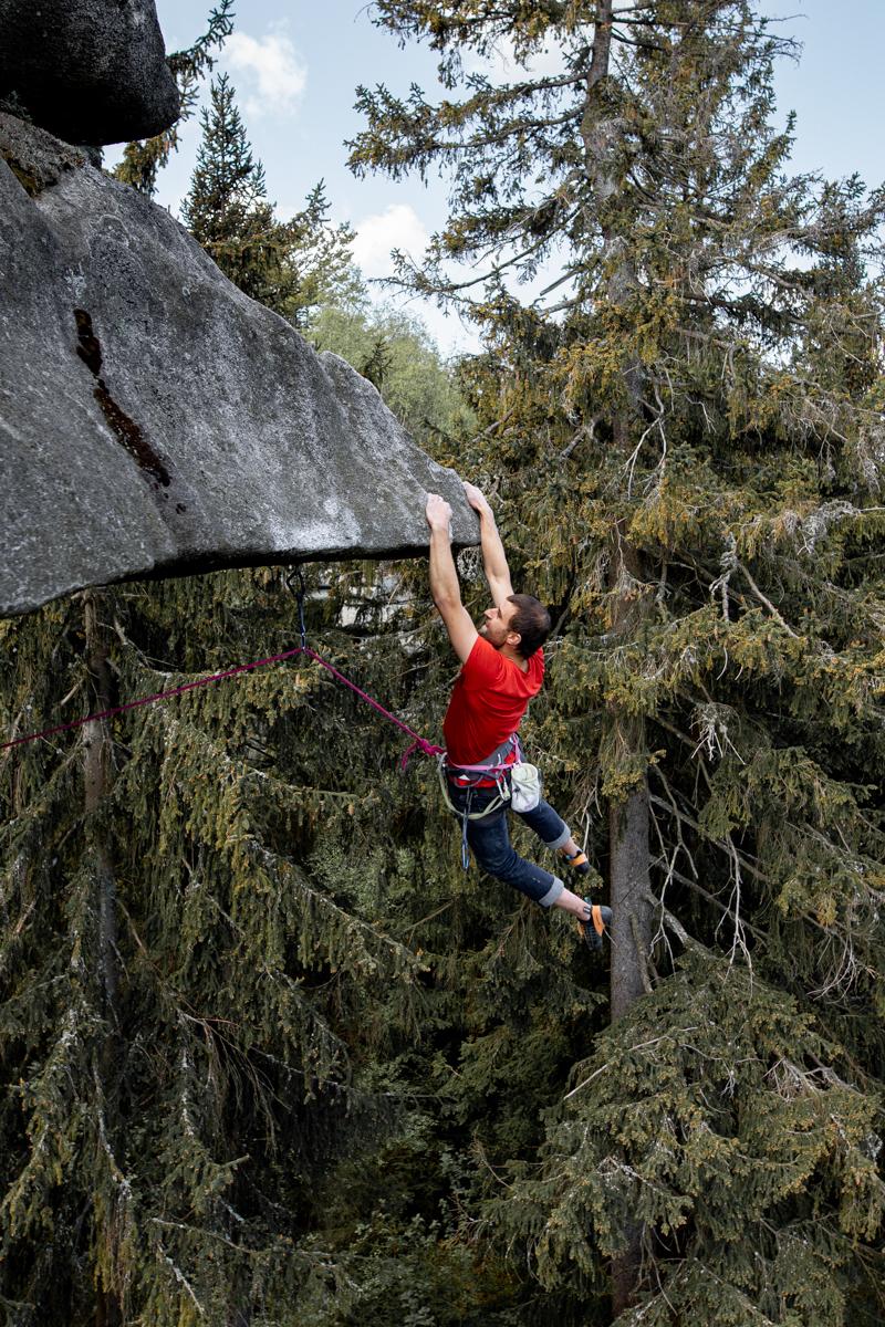 Das Bild zeigt einen Kletterer an der Westkante (9-) hängend.