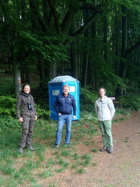 Das Bild zeigt das Aufstellen einer Mobilen Toiltette am Steinberg bei Königstein mit vertretern der Gemeine, IG Klettern und Naturpark