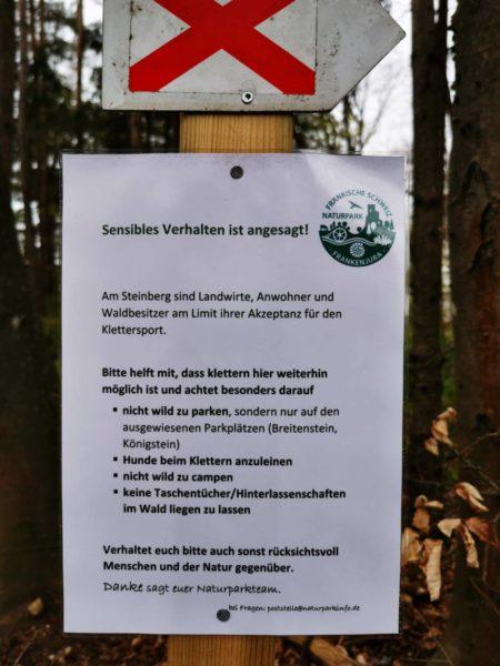 Das Bild zeigt ein Schild über Verhaltensregeln welches vom Naturpark angebracht wurde